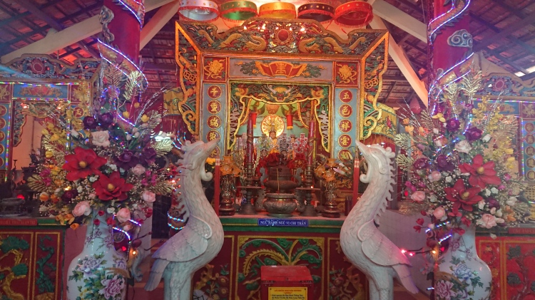 A colourful shrine in a Vuntau temple